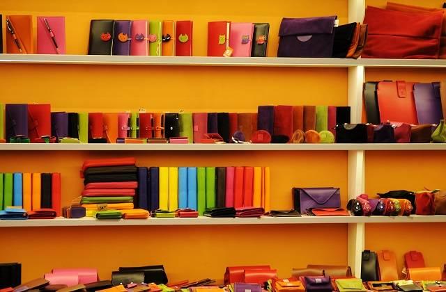 棚に並ぶ財布