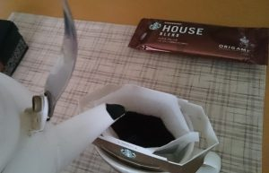 スタバオリガミドリップバッグにお湯を注ぐ